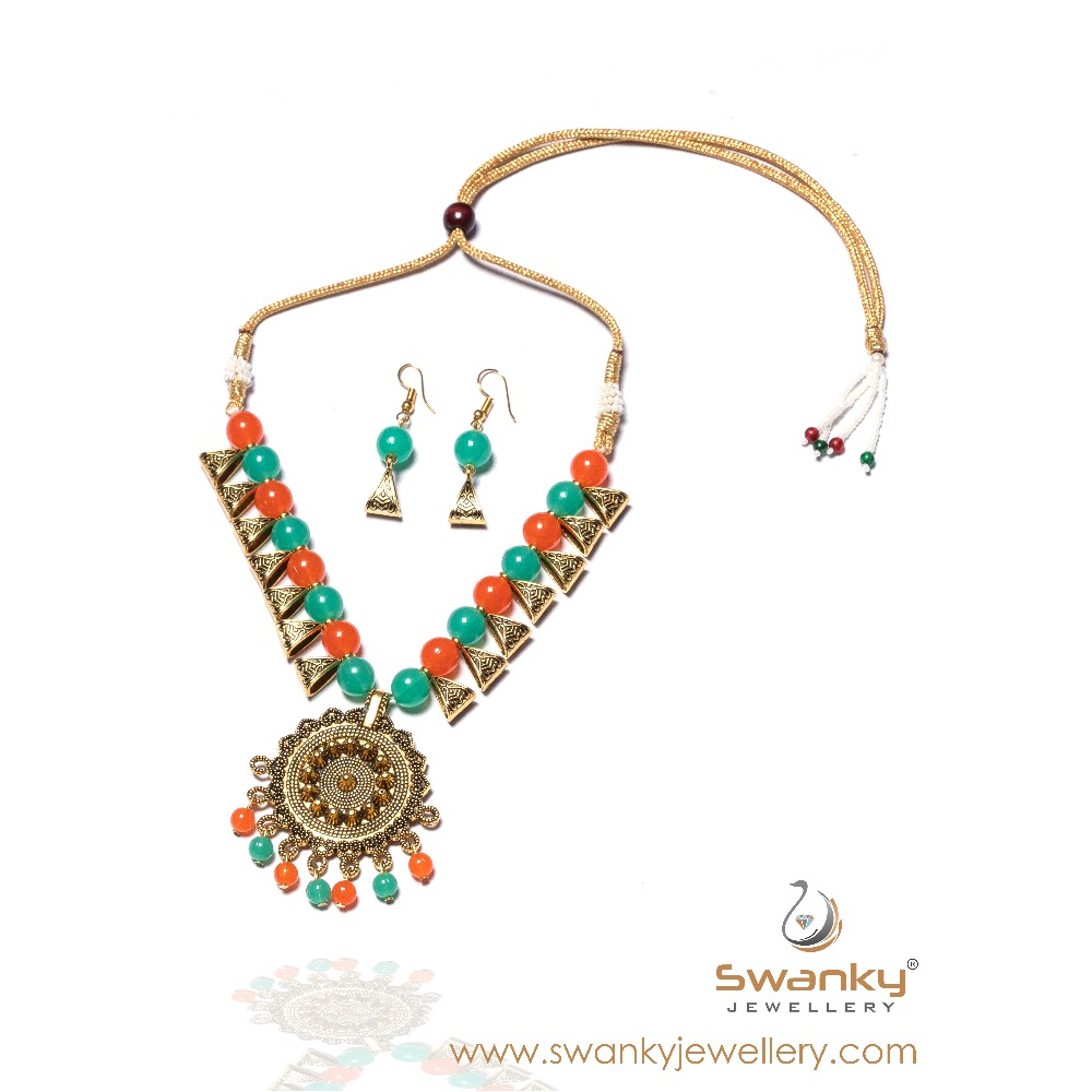 Attractive necklace set with colorful beads