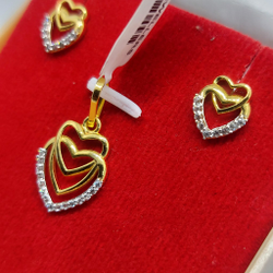 gold pendant set by Parshwa Jewellers