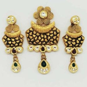 22 kt gold antique pendant set