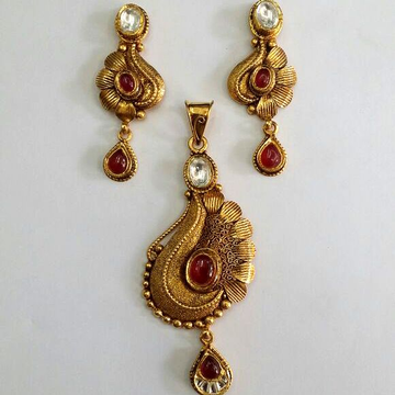 916 Gold Antique Pendent Set.