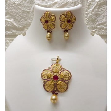 Gold light weight flower shaped pendant set by