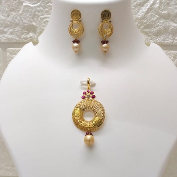 18k Gold light weight coin pendant set by
