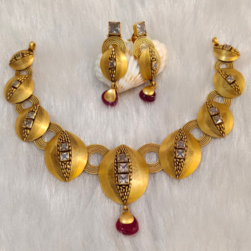 Traditional short necklace