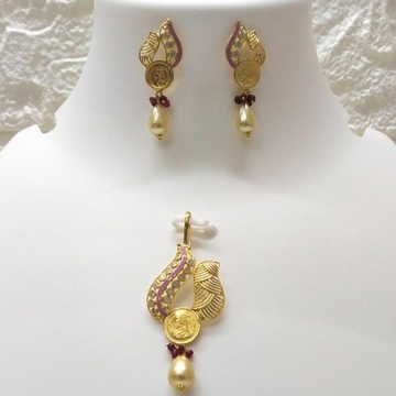 Gold light weight coin pendant set by