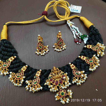 Colourful necklace set with thread design