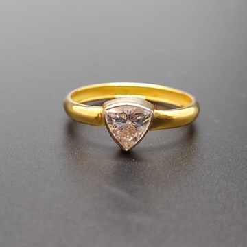 18 CT. GOLD RING TRIGLE SHAPE