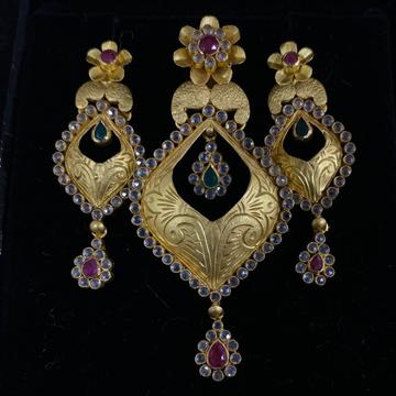 Antique gold pendant set by