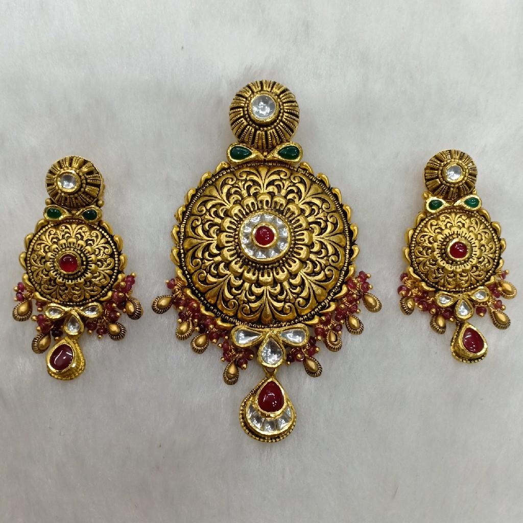 22k antiques pendant set