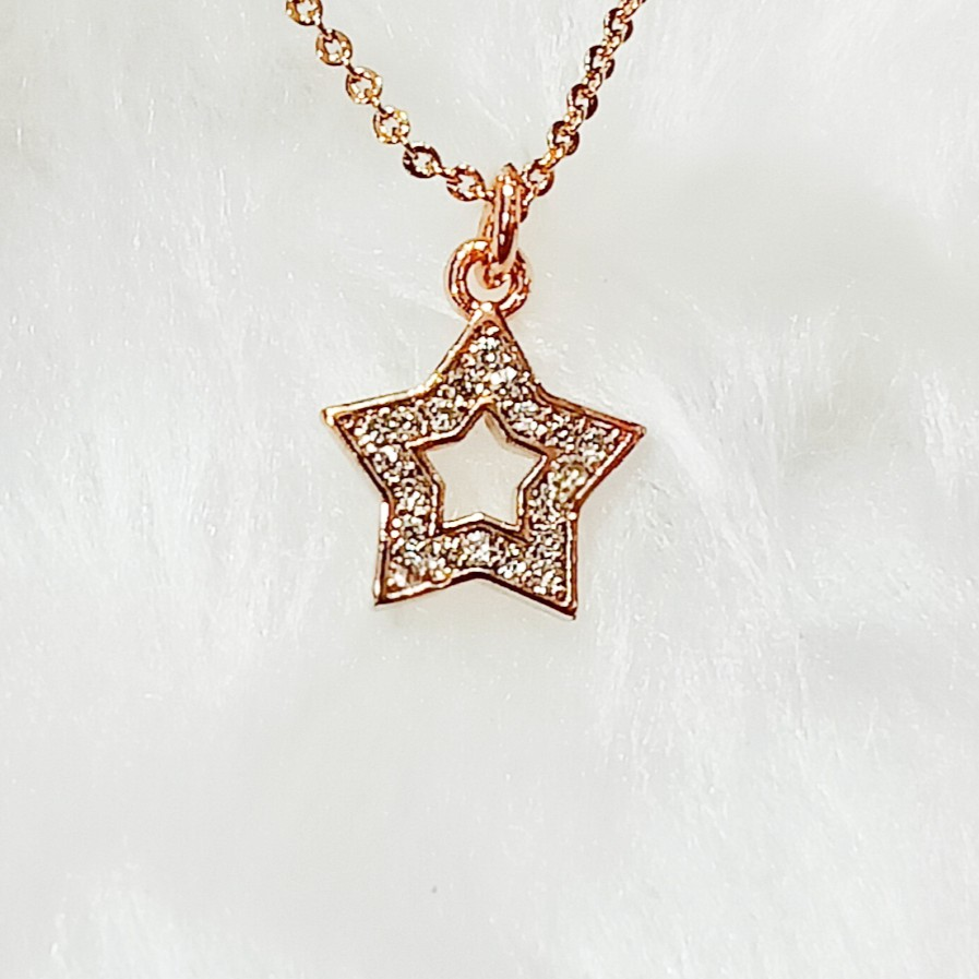delicate dimond pendent with delicate chain
