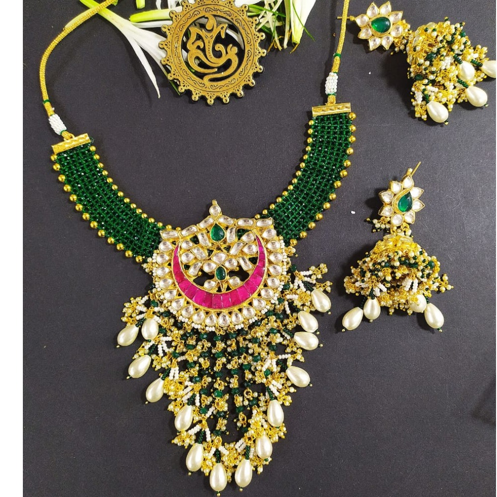 Green Mani patta necklace with kundan pendent and zumkhi